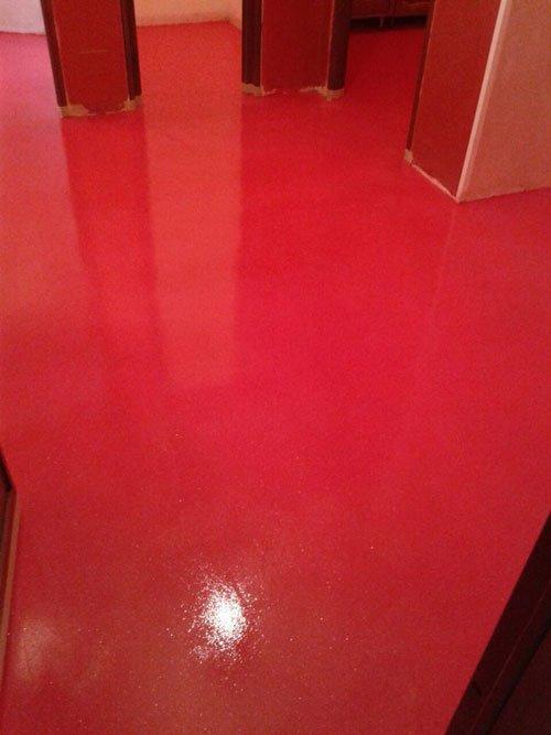 della polvere bianca sul pavimento rosso