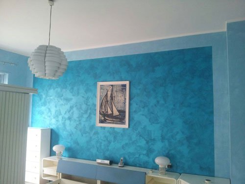 una sala con un muro dipinto di color azzurro