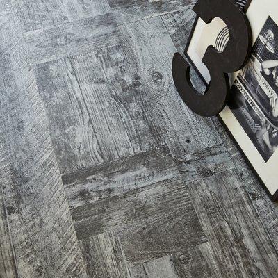 dettaglio in bianco e nero di un pavimento in laminato rustico