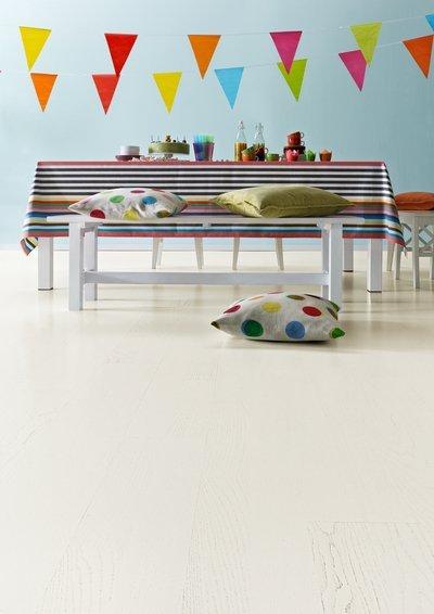 un tavolo con delle sedie e dei cuscini colorati a fantasia