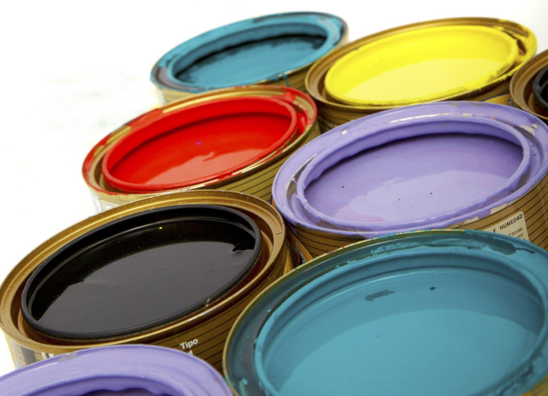barattoli di pittura pieni di diversi colori