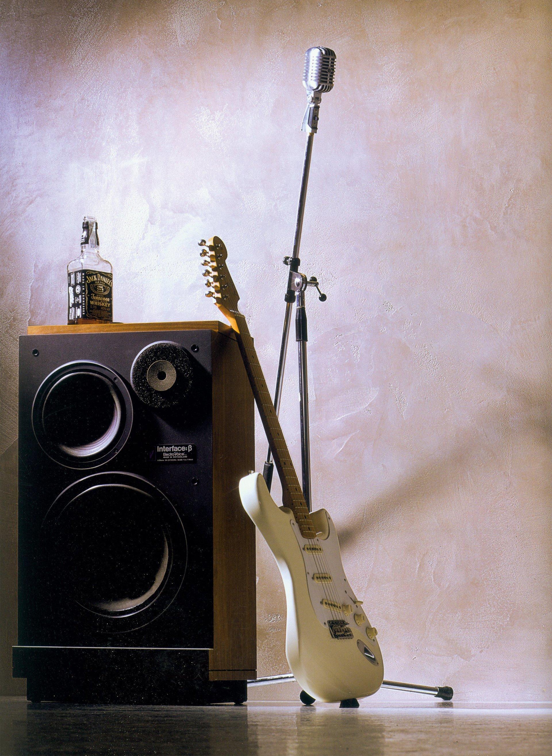 una chitarra appoggiata ad una cassa