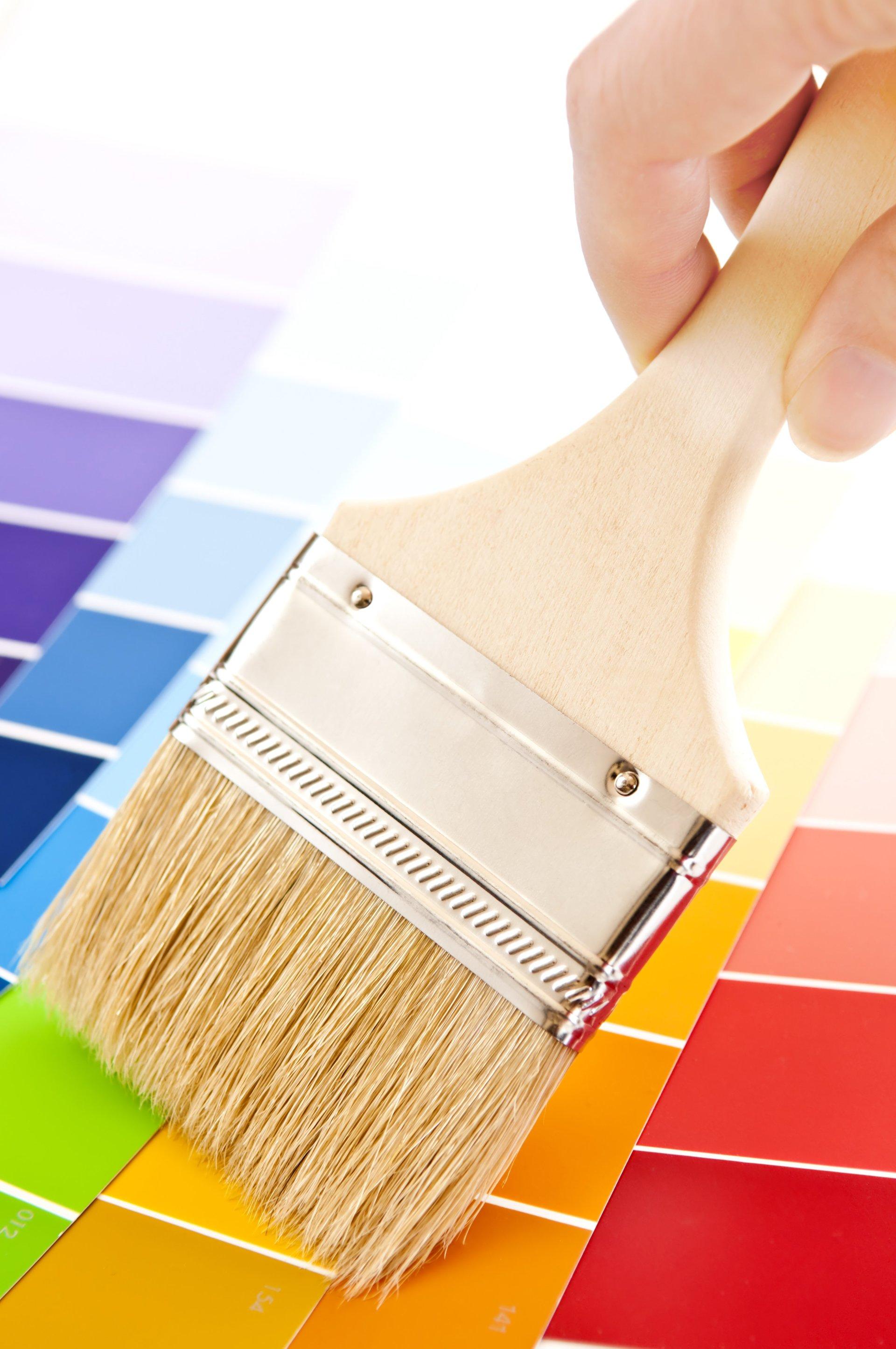 un pennello da pittura su tavola dei colori