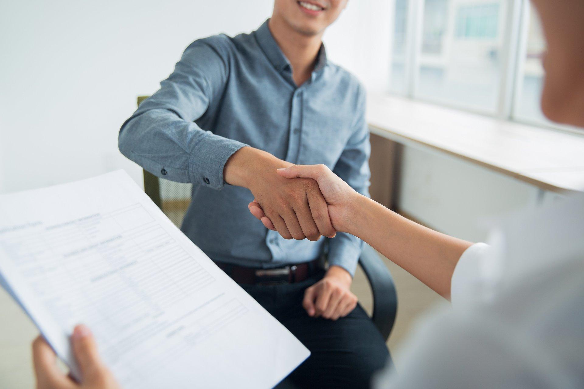 due persone che si stringono le mani