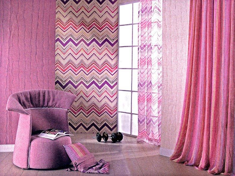 dettaglio di un angolo di una camera in rosa con una poltrona e due pesetti da palestra