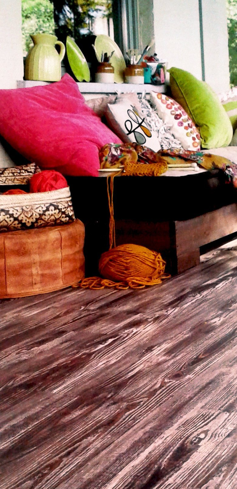 dettaglio di un salotto con pavimento in laminato scuro