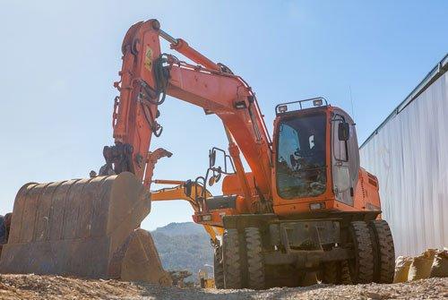 Una scavatrice arancione a lavoro