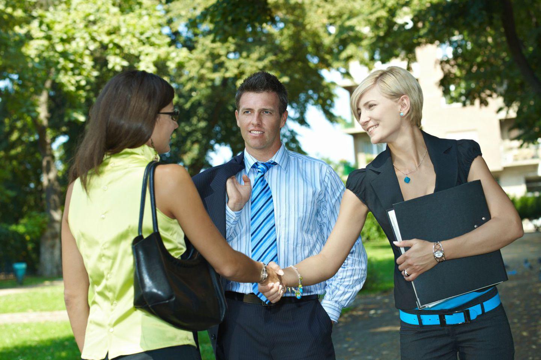 Expert in lawn irrigation talks to customer in Kailua, HI
