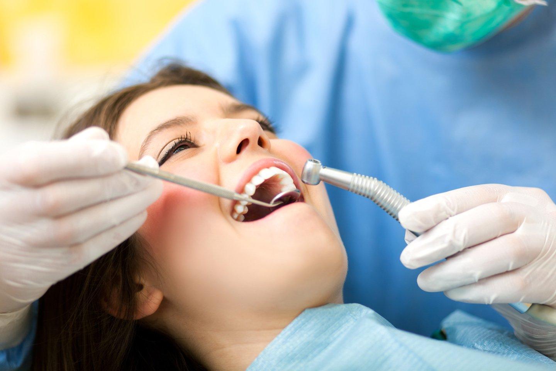 paziente di sesso femminile con dentista in un trattamento dentale