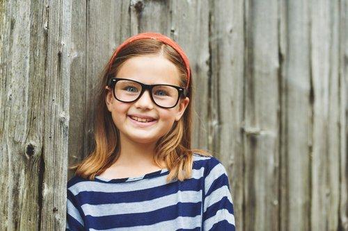 bambina con occhiali di colore nero