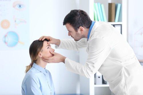 un oculista visita una paziente