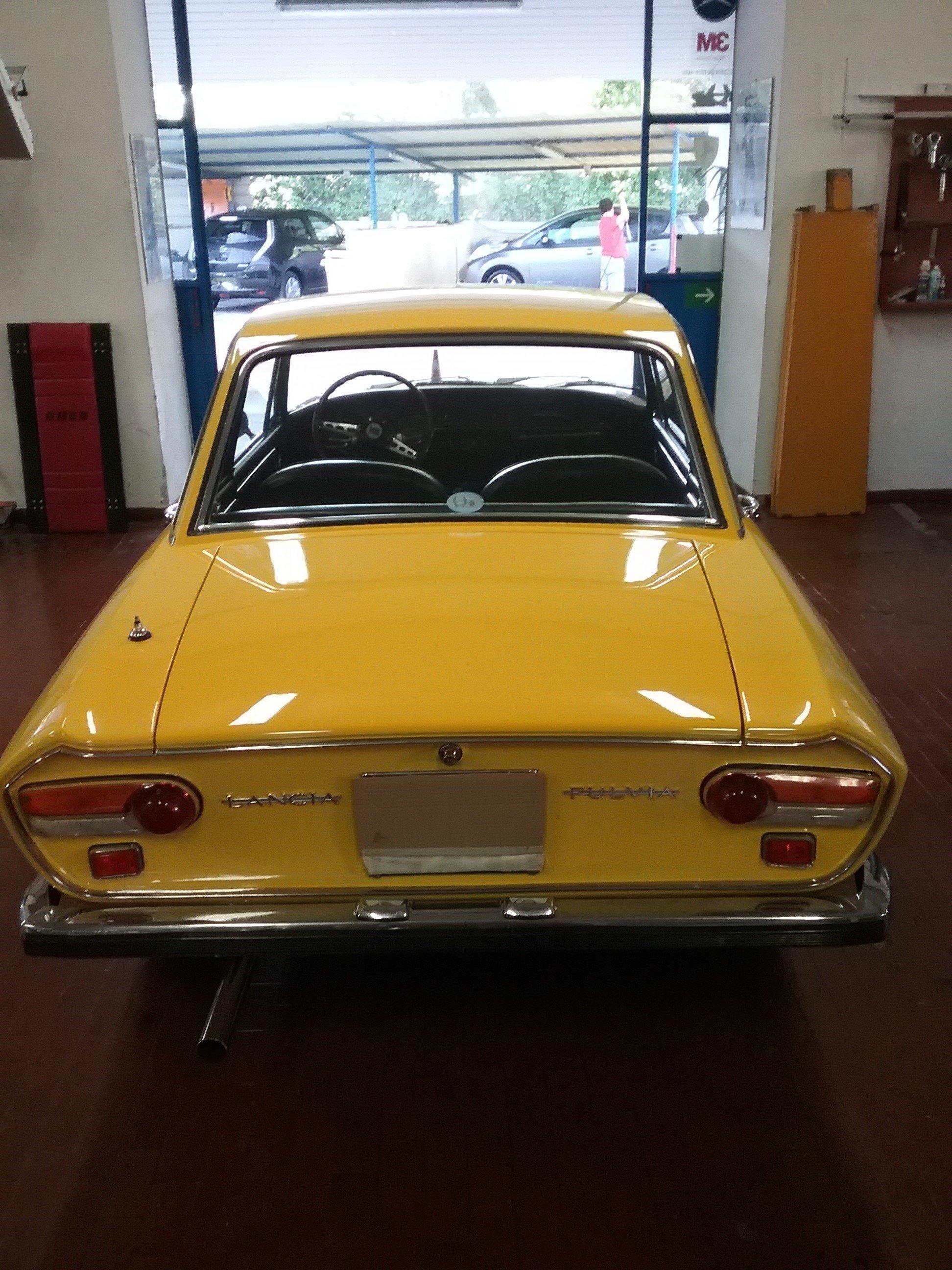 Auto d'epoca gialla vista da dietro