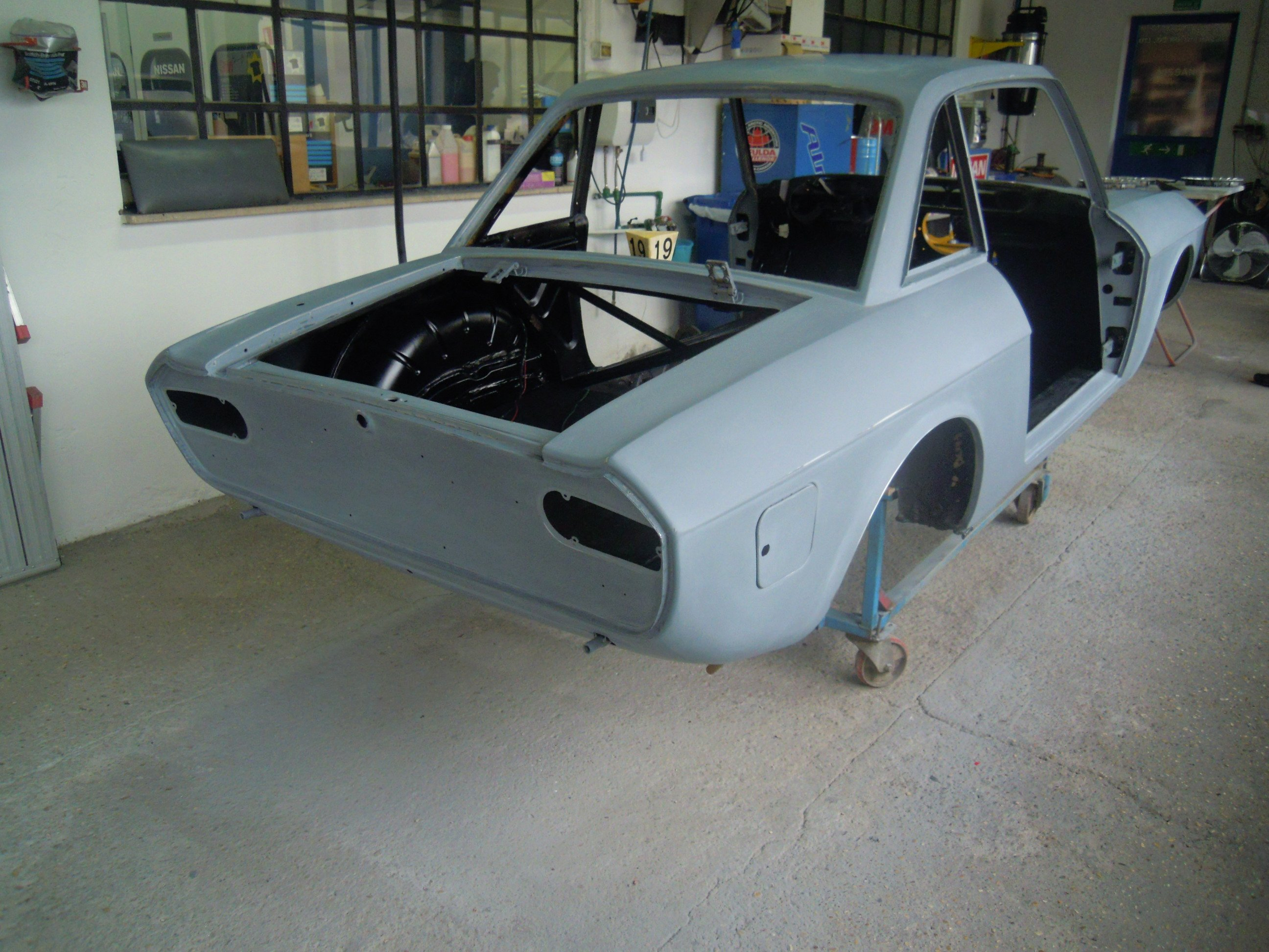 auto d'epoca in fase di verniciatura vista da dietro