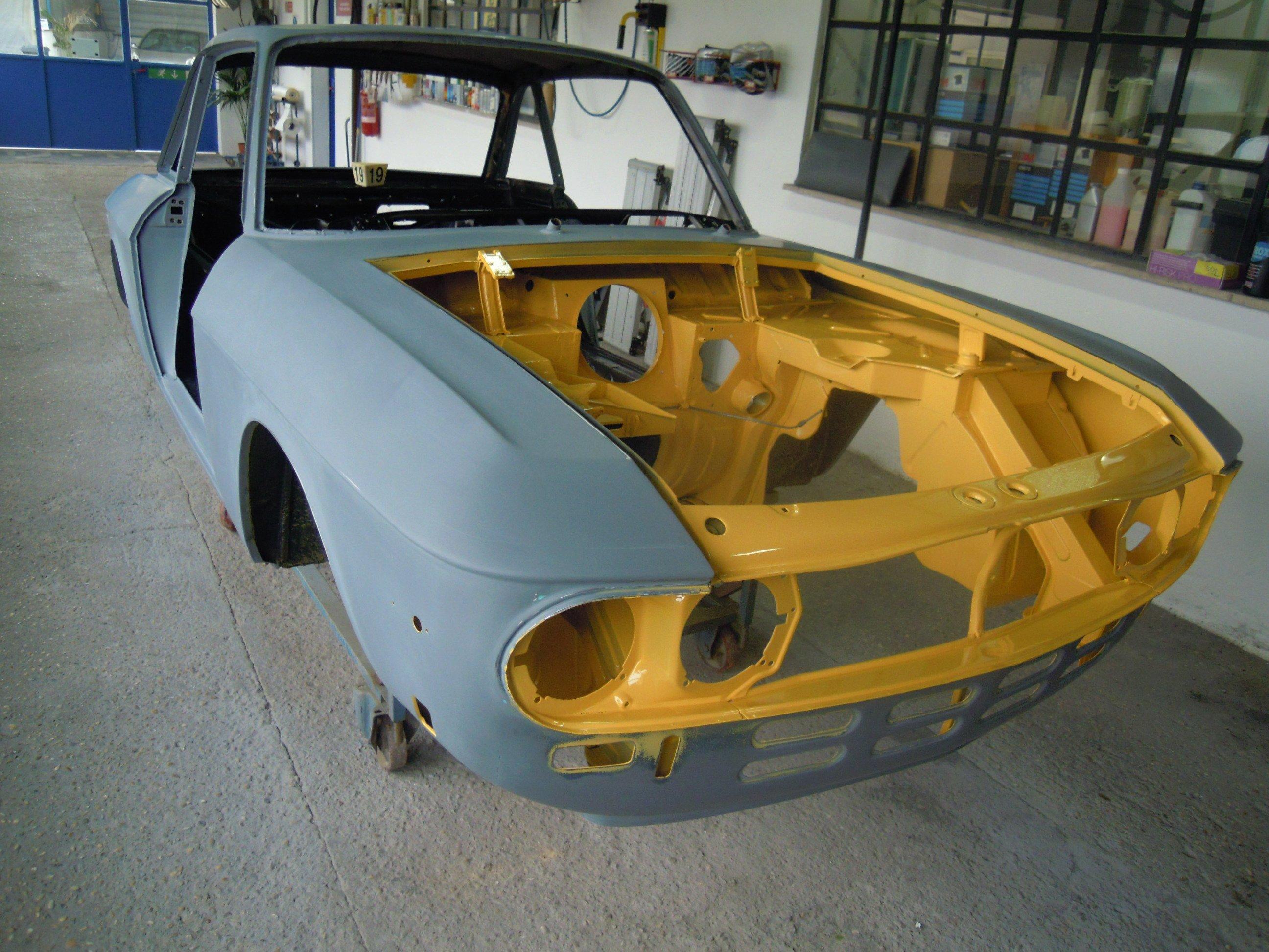 auto d'epoca in fase di verniciatura