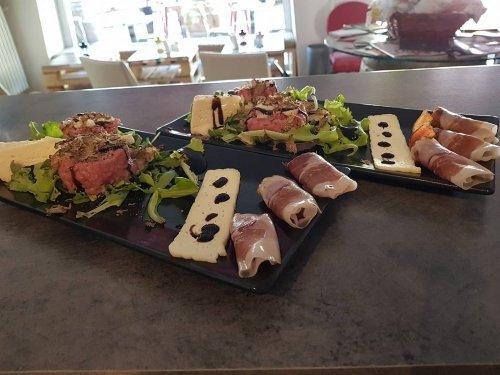 due piatti con salumi e formaggi