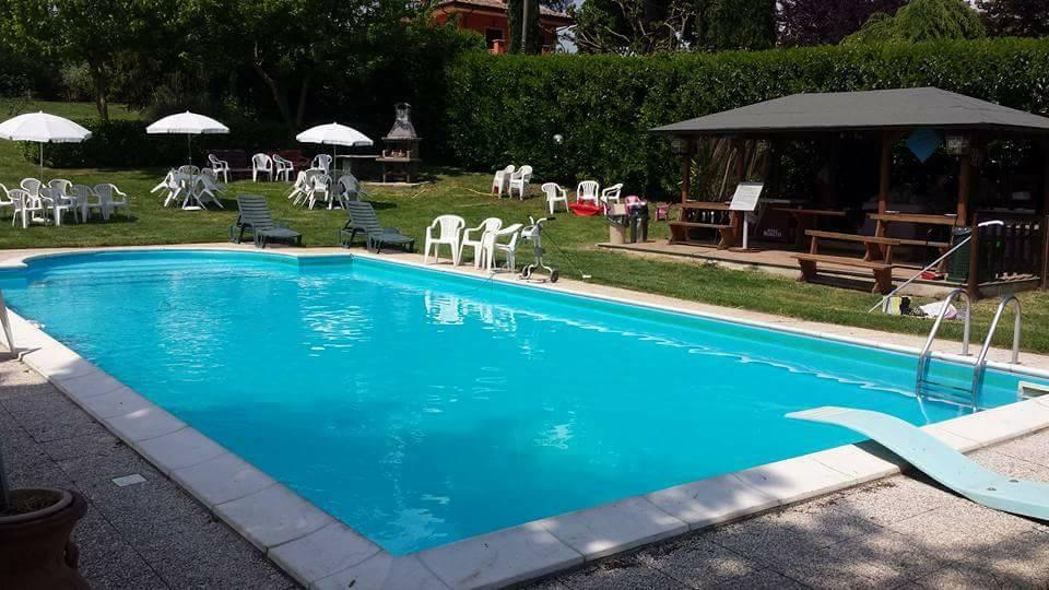 vista laterale della piscina