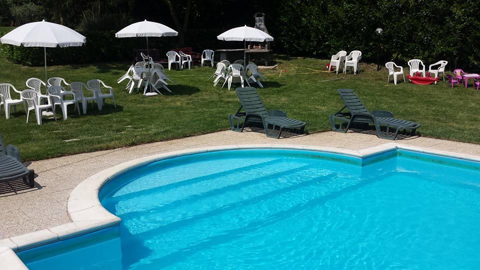 piscina con ombrelloni sullo sfondo