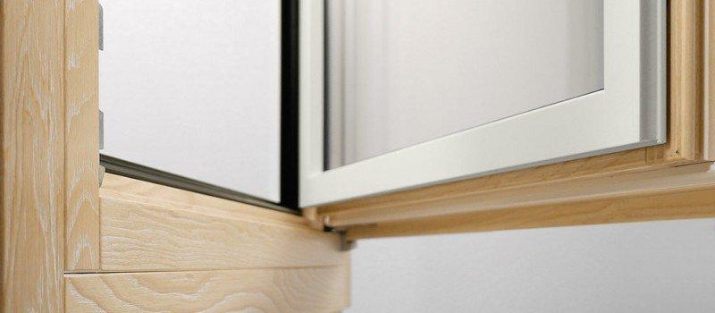 dettagli finestra in legno aperta