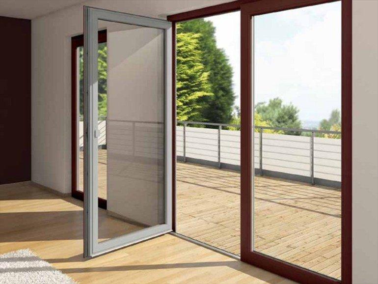 porta a vetri a due ante aperta, porta a vetri  ad un'anta chiusa