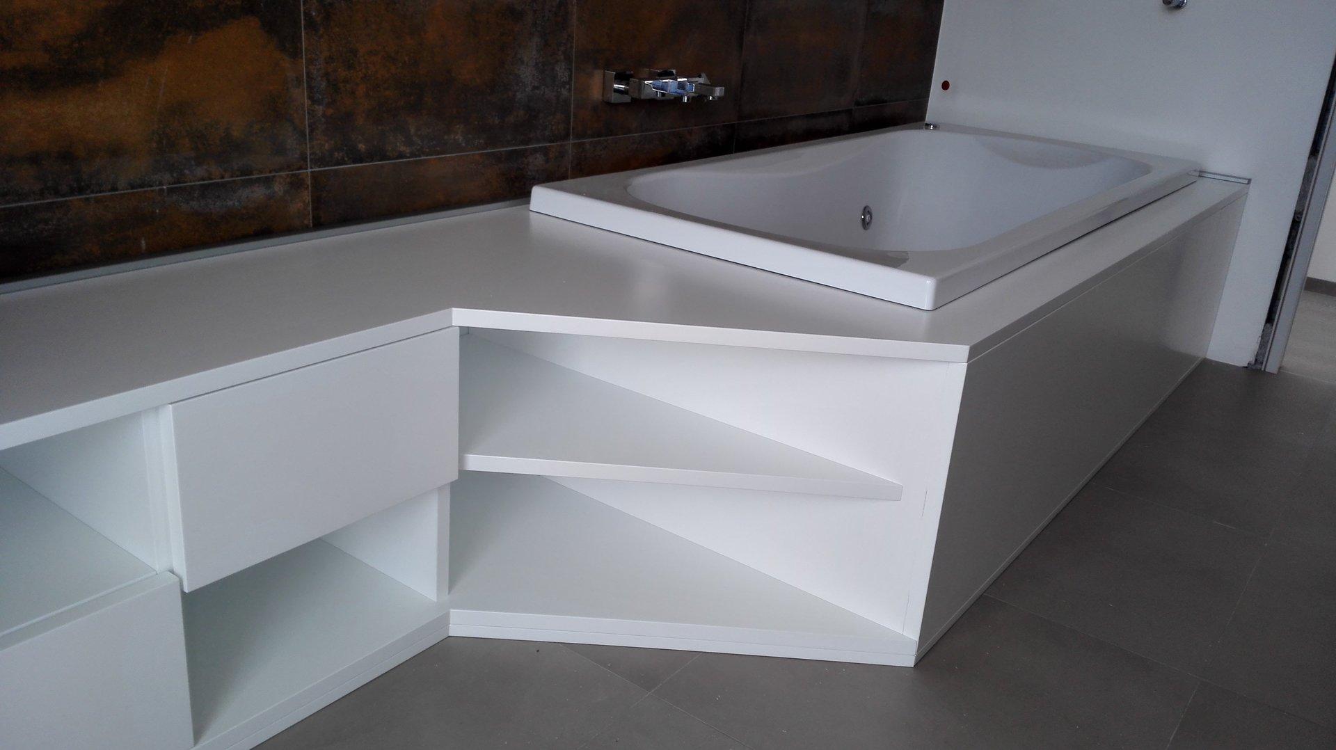 mobile bianco in legno con vasca inserita