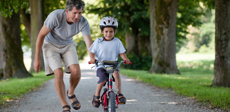 bambino con caschetto in bicicletta