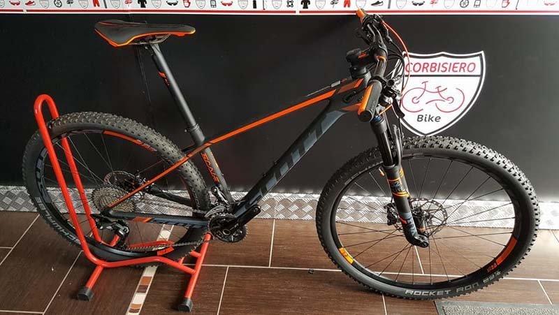 mountain bike nera e arancione