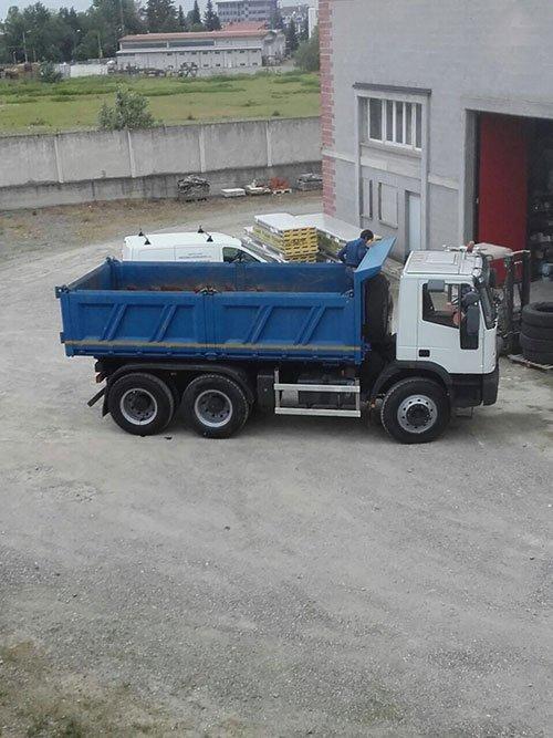 un camion con un rimorchio container