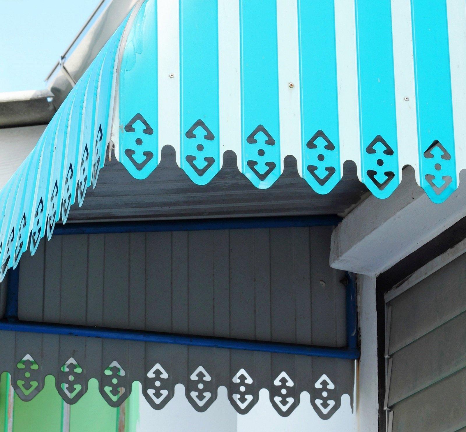 Finestra di tendaggio blu e bianca