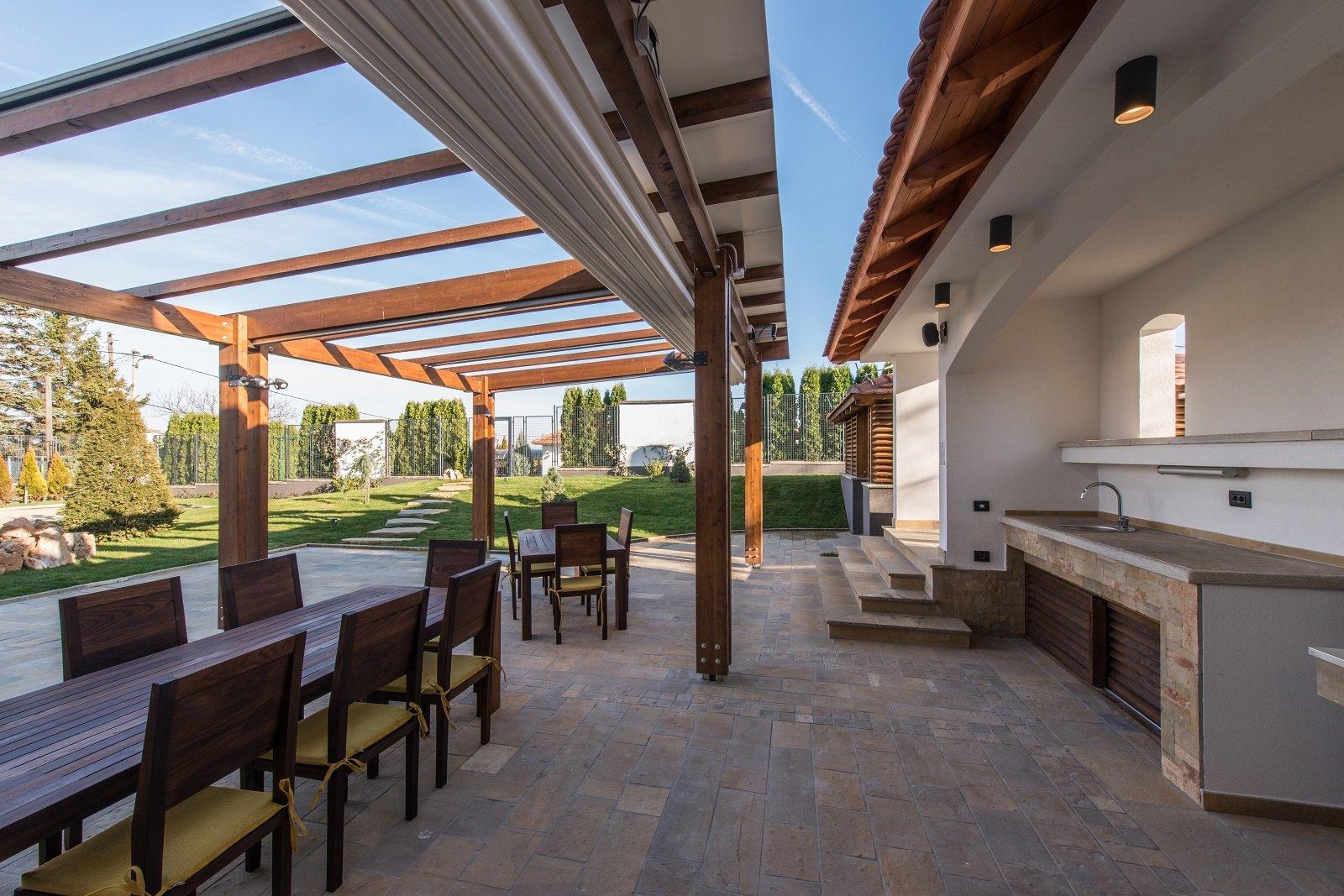 Salone terrazzo eautiful con pergola e tavolo in legno con sedie