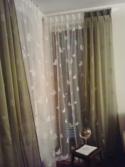 delle tende tulle con disegni di farfalle