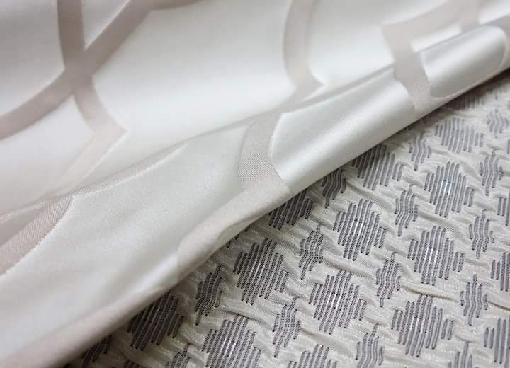 una tenta di color bianco in raso