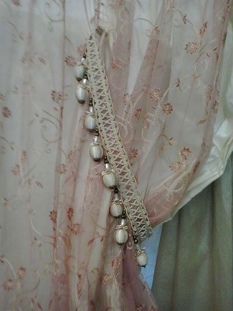 una tenda tulle con delle perline sul bordo