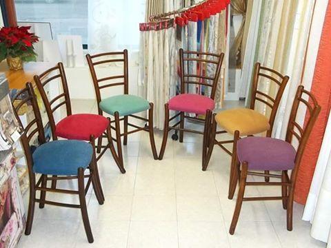 delle sedie con dei cuscini imbottiti in vari colori