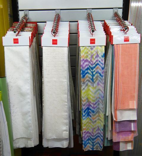 delle tende di vari disegni in uno showroom