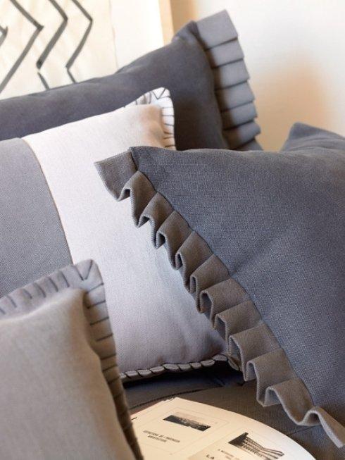 dei cuscini di color grigio e color bianco