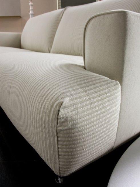 un divano rivestito in stoffa con le righe