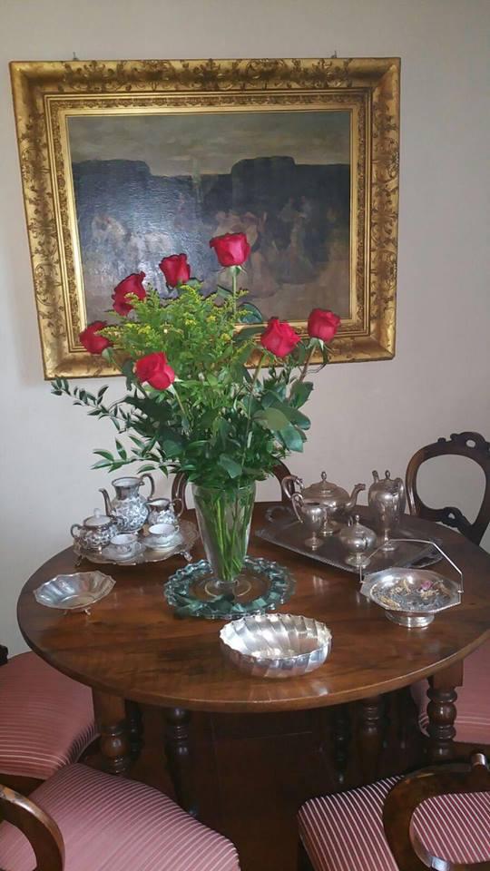 Servizio da tè e mazzo di rose rosse