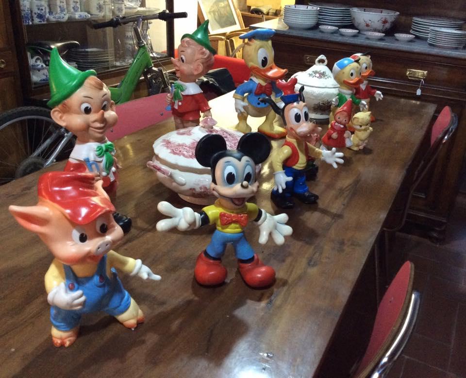 giocattoli disney su di un tavolo