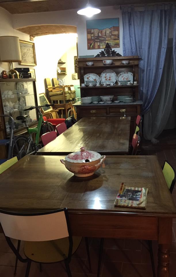 dei tavoli con oggetti sopra
