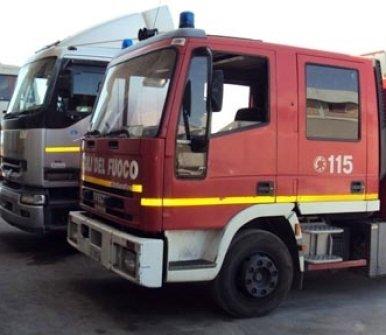 Cabina rossa con allarmi di camion di vigili del fuoco
