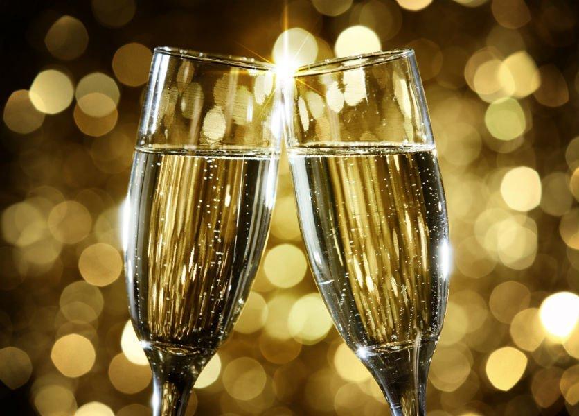 due bicchieri di champagne che brindano