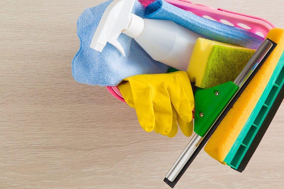 Uomo disinfettando i mobili della cucina