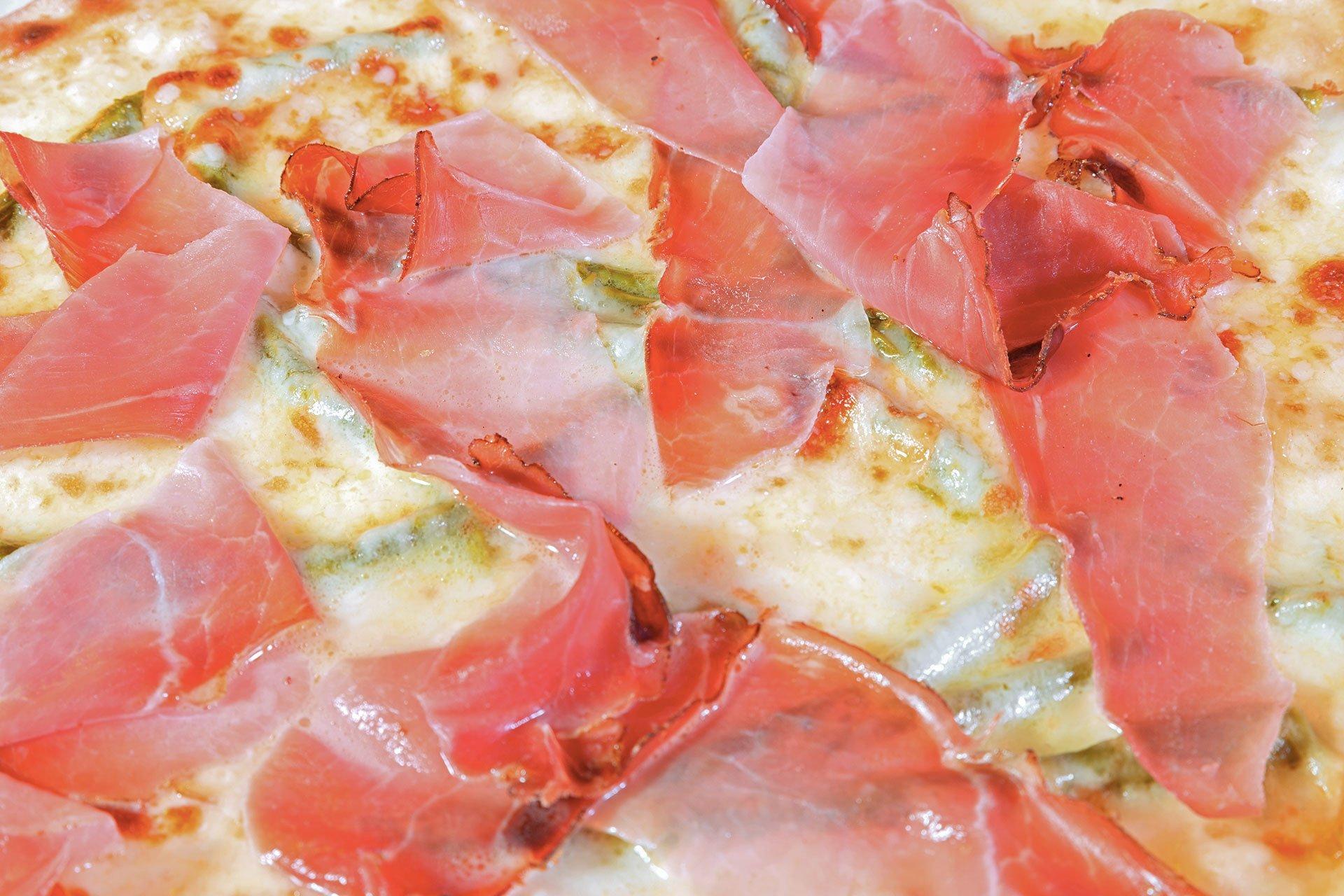 Pizza mozzarella, asparagi e prosciutto cotto