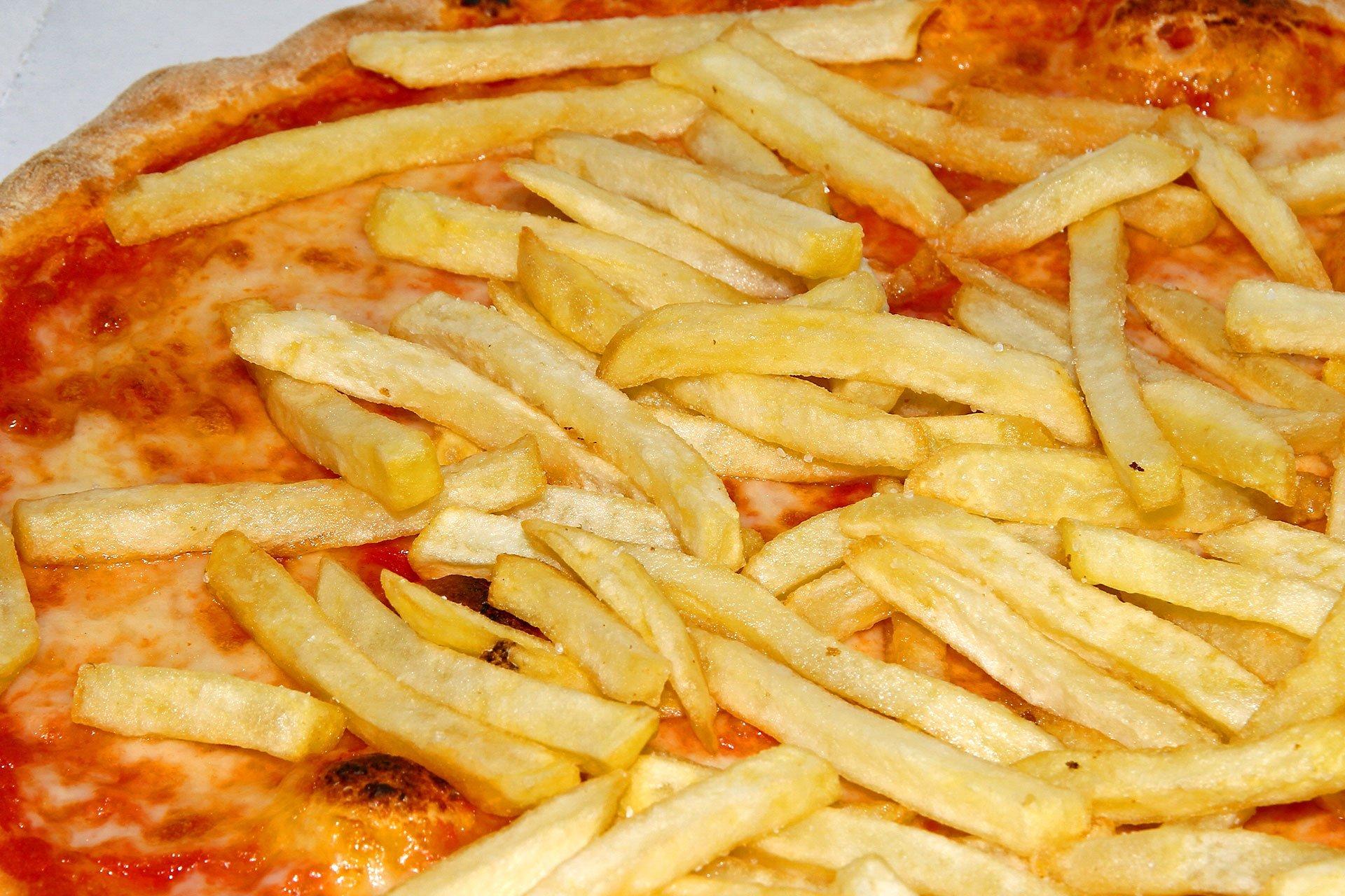 Pizza Margherita con patatine fritte