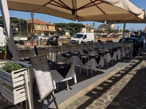 gazebo del ristorante con tavoli apparecchiati