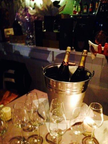 secchio con due bottiglie di vino sul tavolo