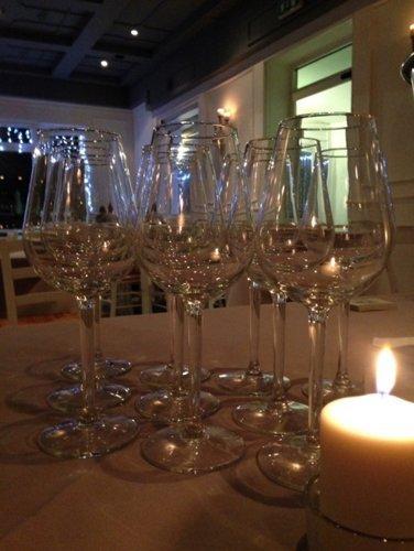 primo piano di bicchieri da vino