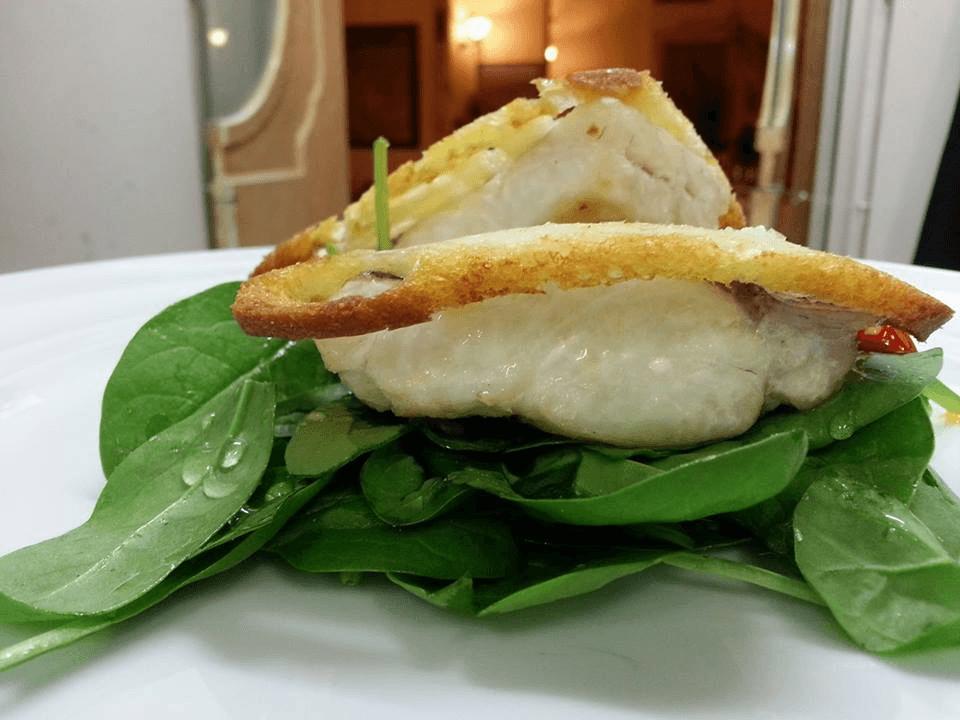 dell'insalata e sopra del pesce