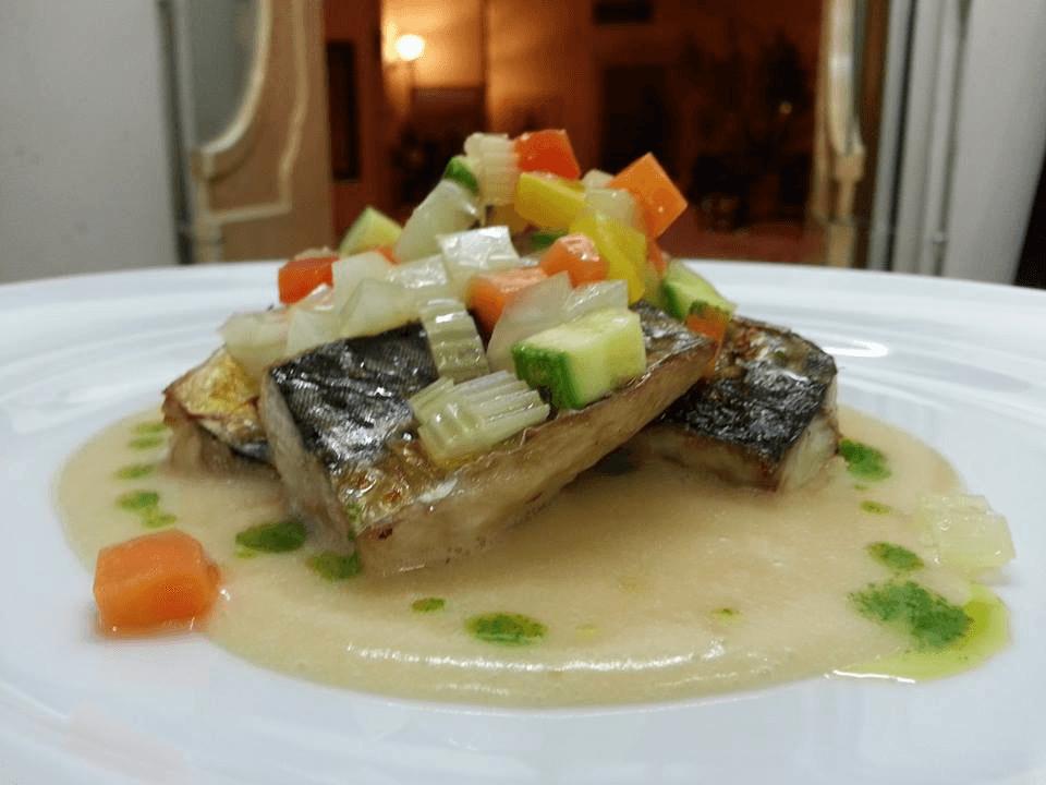 due tranci di pesce spada con crema e verdure