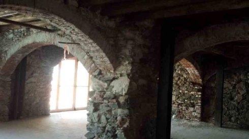 colonne e archi in pietra
